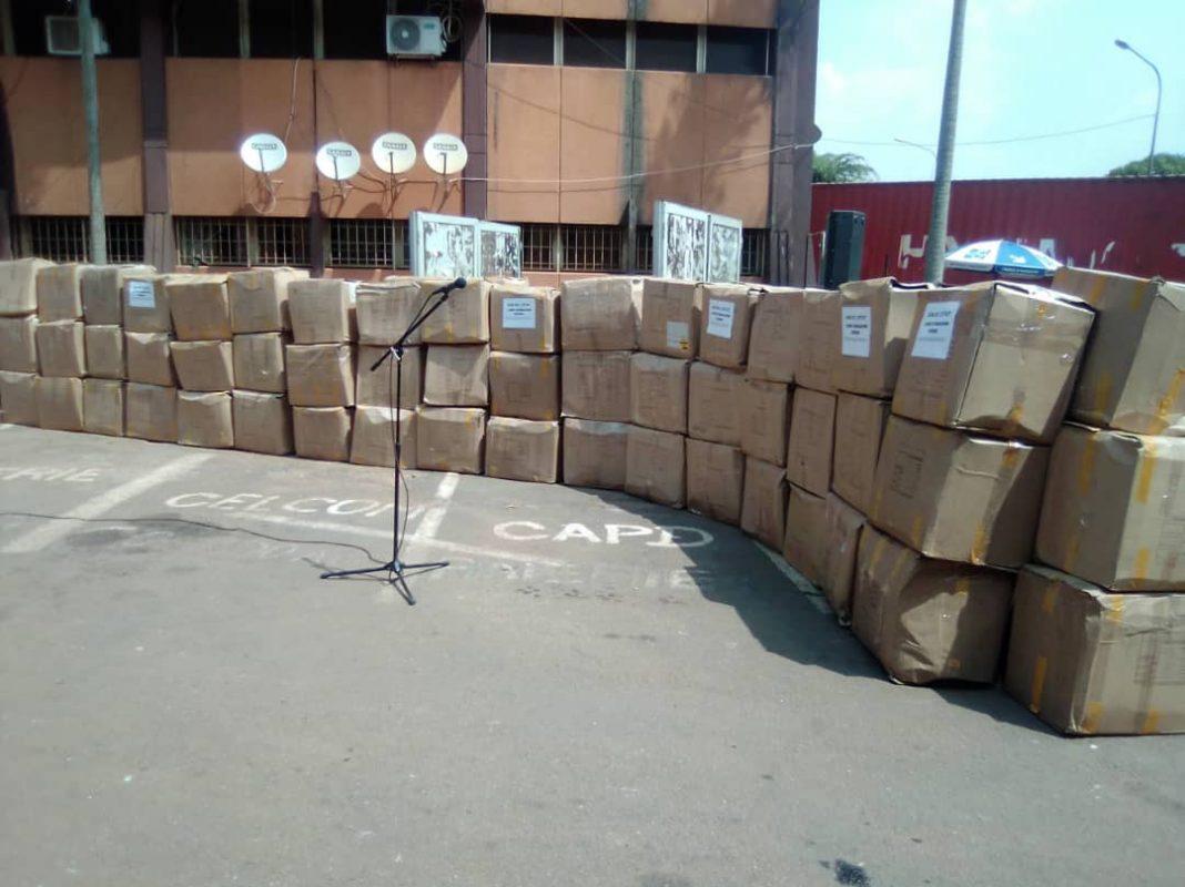 Education de base - Paul Biya offre 730067 livres d'éducation civique et morale aux écoliers